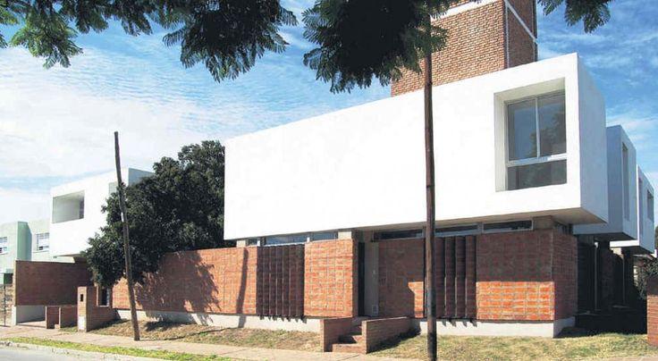 Tres en uno. El arquitecto Tristán Bondone ideó un conjunto de cuatro viviendas familiares, de dos plantas cada una, en las que el ladrillo es protagonista. La obra acompaña a un gran tanque de agua y a un árbol, que le dan identidad al proyecto.