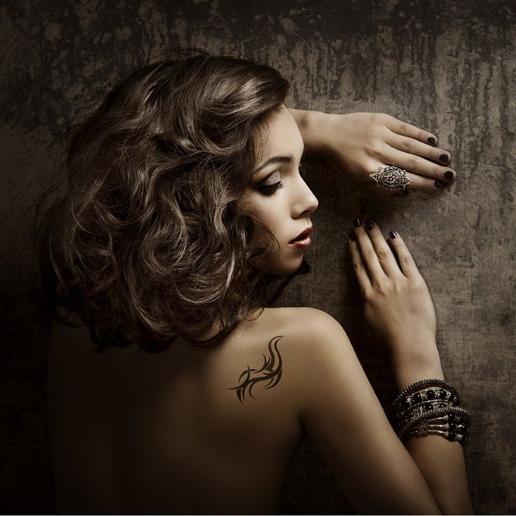 jeune femme métissée tatouée