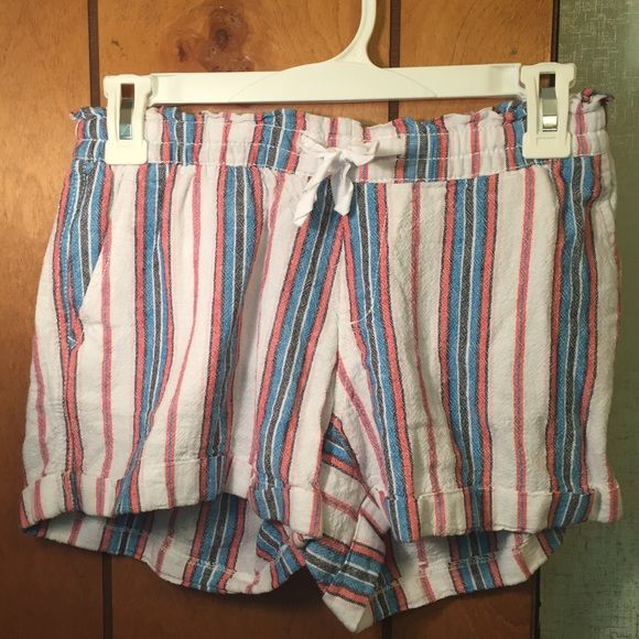 Old Navy Linen Blend Shorts These linen blend Old Navy shorts have only been worn a few times. They are as good as new and are great for hot summer days! Old Navy Shorts