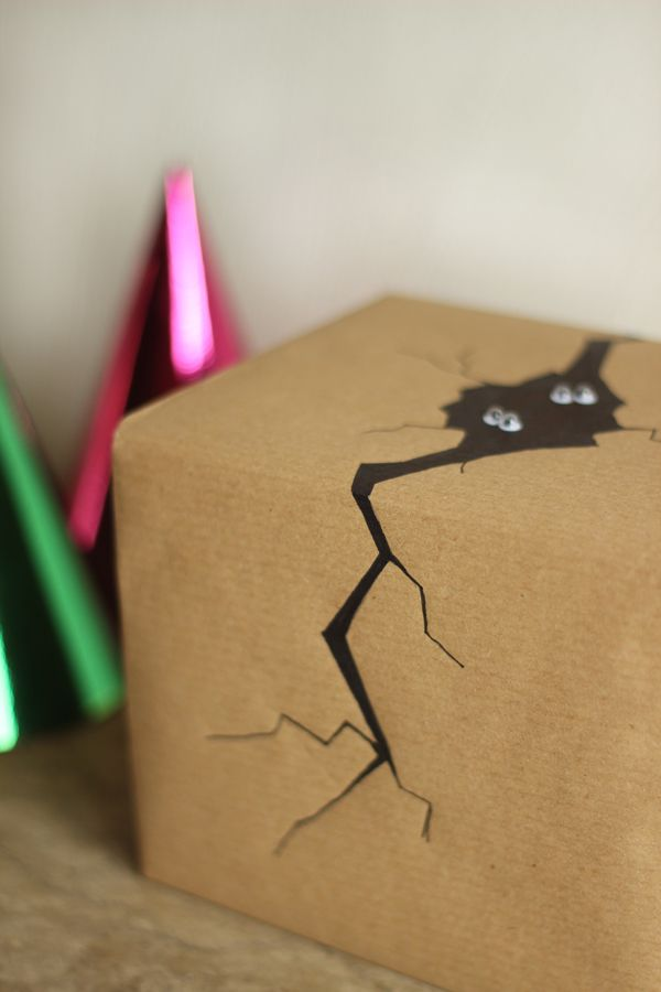 Lustig + einfach: Packpapier, Farbe und eine Zeichnung. DIY. Halloween Gift Wrap Idea: Monster Hide-out | Growing Spaces
