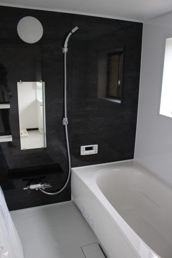 限られた予算の中でも、工夫することにより、見栄え良く仕上げたいということで、今回のリフォーム内容のご紹介です。今回のお客様のご要望 ・1階部分 和室とリビングの2部屋に分かれているところを一体型のLDKにしたい ・在来工法のタイル張りのお風呂をユニットバスに変えたい ・トイレが無駄に広すぎるので狭くし、その分洗面所を広く取りたい ・トイレの便器が古いので新しくしたい ・単体キッチンをシステムキッチンにしたい ・お部屋 プリント合板の内装を、クロ