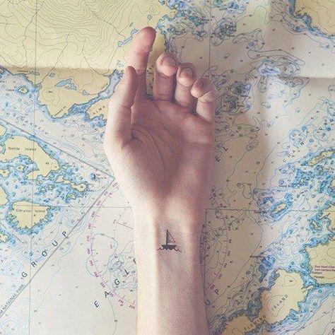 Tatuaggi a tema viaggio: una barchetta sul polso