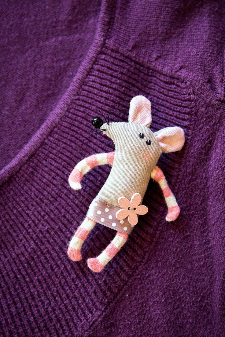 Textilní brož myška