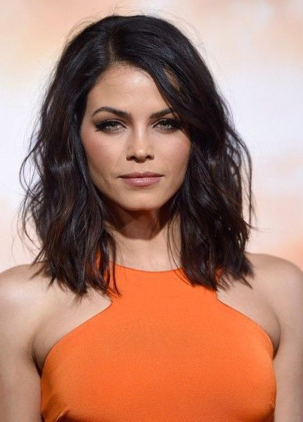 jenna dewan tatum, vêtue en robe orange, carré long flou, cheveux chatain foncé, modele coupe de cheveux en vogue