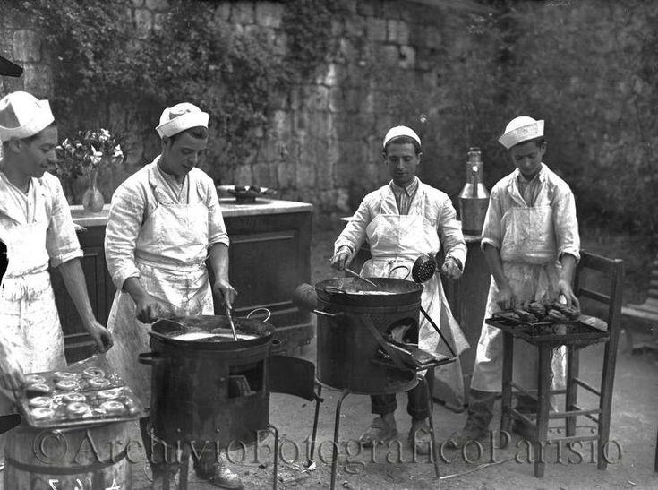 Napoli, friggitori ambulanti di zeppole di San Giuseppe Fondo Troncone 1930s