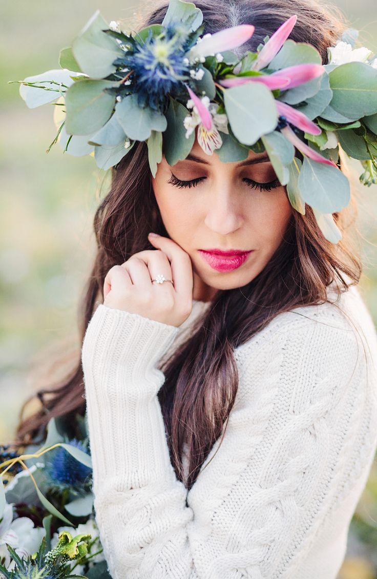 Total look de novia de invierno: anillo de compromiso con diamantes Argyor, flores naturales y manga larga.