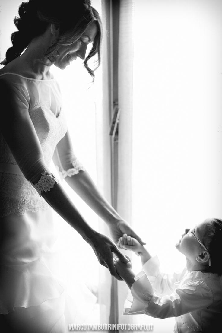 Anna e Federico | Matrimonio a Macerata  L'amore di una nipotina che aiuta aiuta la zia sposa a prepararsi per il suo giorno più importante!  #wedding #matrimonio #matrimonionellemarche #macerata #marcotamburrinifotografo #marcotamburrinistudio #fotografomatrimonio