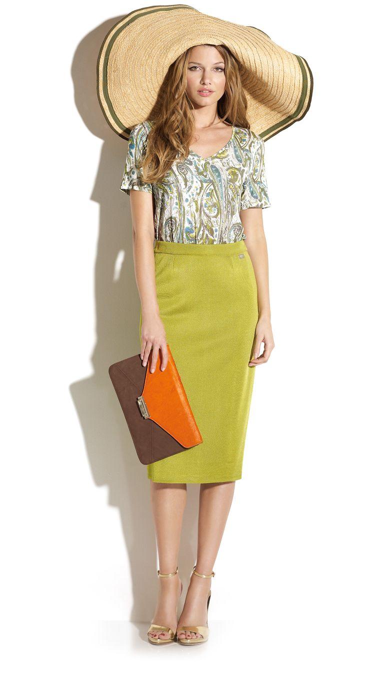 Falda lápiz de color verde lima con camiseta estampada. #Naulover #Moda #ModaMujer #Fashion