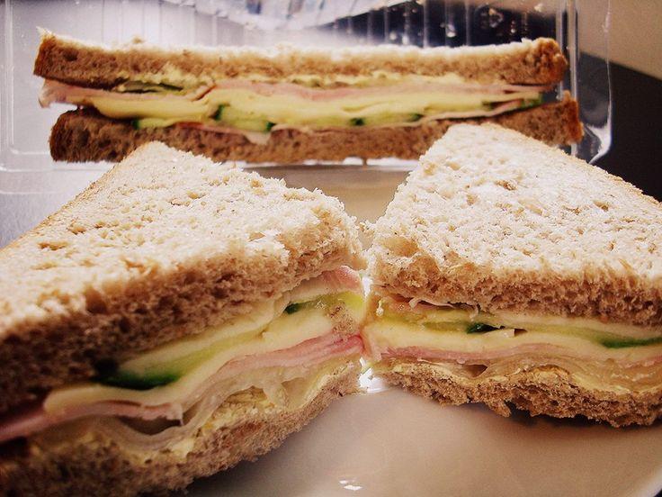 Sandwich cu muşchi file de porc şi caşcaval 8 lei #sandwich