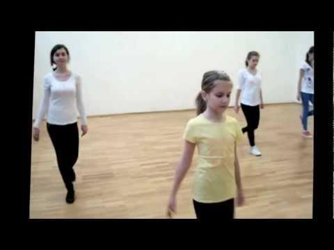 Lectii de dans pentru copii       Dacă sunteți în căutarea unei activitați  pe care  copii o pot practica  , înscrierea la cursurile de dans este primul pas , apoi  la sală vor invăța primii pasi de dans .    Dansul sportiv  este  benefic  în viață si de asemenea destul de distractiv , plin de divertisment iar in timp  se deprind abilitați si pentru  a concura la diferite evenimente sportive .