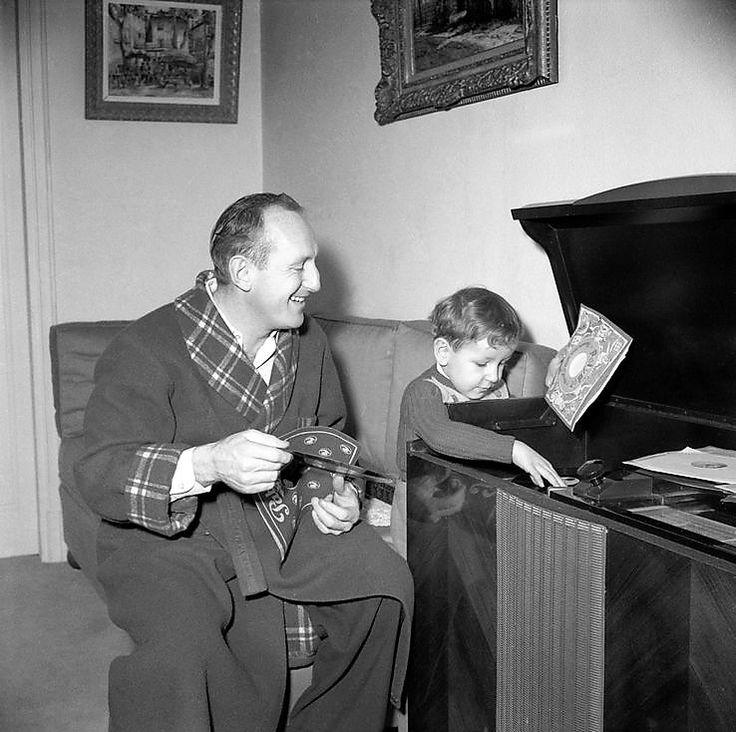 Bourvil avec son fils Dominique dans son appartement du Boulevard Suchet à Paris,1955-1956