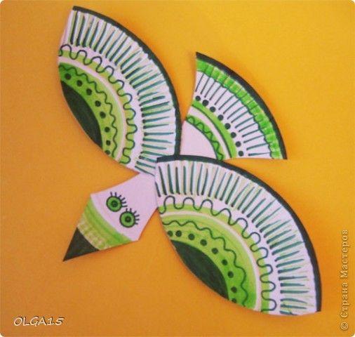 Красивые птички получаются из одноразовых бумажных тарелочек. Для одной птички потребуется одна тарелочка.  Необходимые материалы: тарелочки бумажные, ножницы, двухсторонний скотч, фломастеры и маркеры. фото 19