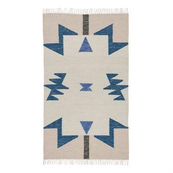 Den trendiga stora Kelim mattan från Ferm Living är tillverkad i ull och bomull med ett signifikant grafiskt mönster i olika färger. Placera mattan i vardagsrummet eller sovrummet och matcha den gärna med andra utstickande och härliga textilier från Ferm Living att inreda ditt hem med! Välj mellan olika varianter.