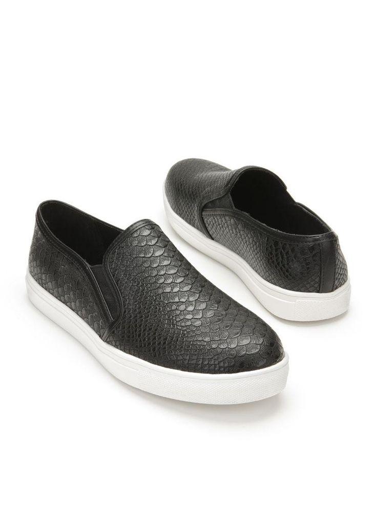 DSTRCT-705899 | Durlinger Schoenen Zwarte instappers van DSTRCT. Deze sneakers hebben een witte zool en een schubbenstructuur.