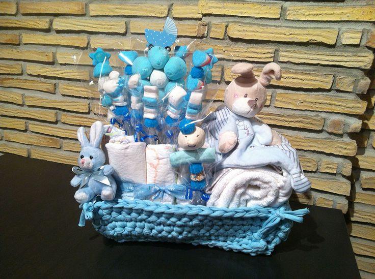 Canastillas para bebe y regalos para recién nacidos que combinan productos de higiene y peluches con gominolas. Coches capota construidos con chuches.