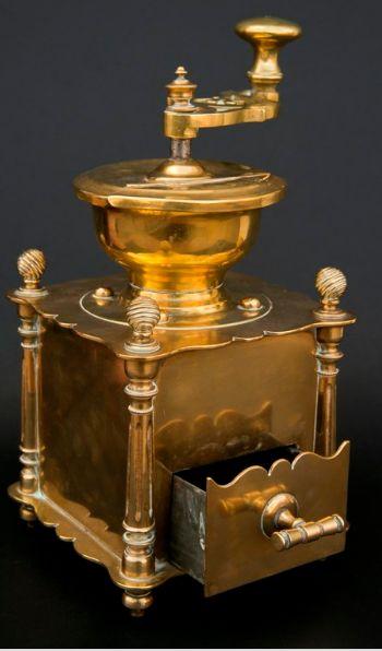 Mlýnek na kávu    mosaz, skvělým zpracováním odlišný od běžných mlýnků obdobné kategorie, druhá polovina 19. století, funkční, luxusní provedení