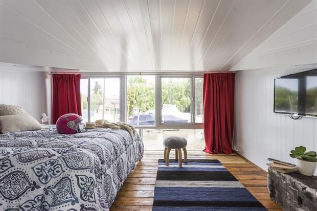 Con guiño náutico, el cuarto se armó en tonos de azul. Sobre la cama, acolchado 'Fez' reversible de dos plazas ($1.699), almohadón tramado blanco ($599), almohadón rectangular 'Blue India' ($249, todo de Falabella) y manta de llama natural ($1.290, Elementos Argentinos). Sobre la alfombra de lana .  /Daniel Karp