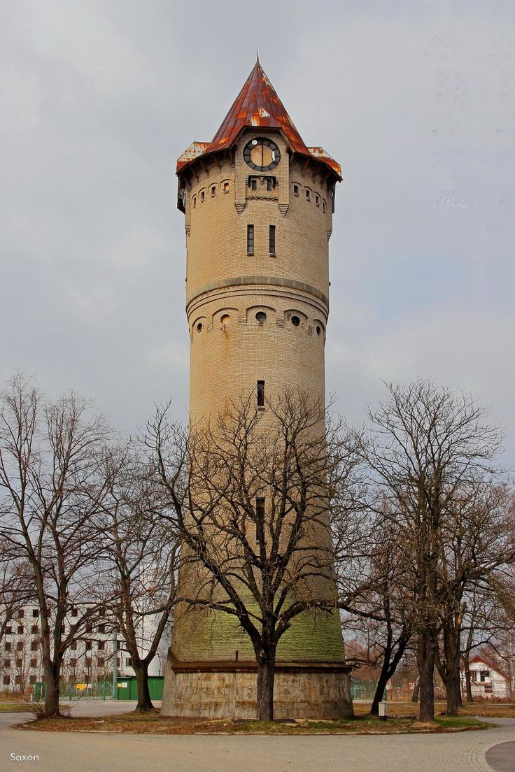 Wieża ciśnień w Świętoszowie na terenie dawnego poligonu wojskowego, zbudowana prawdopodobnie w pierwszych latach XX w.