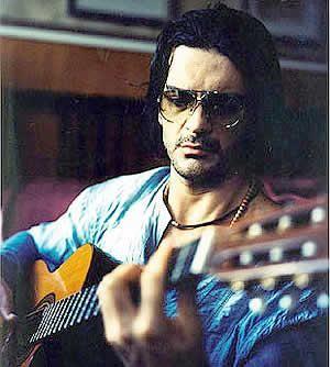 Ricardo Arjona tocando la guitarra