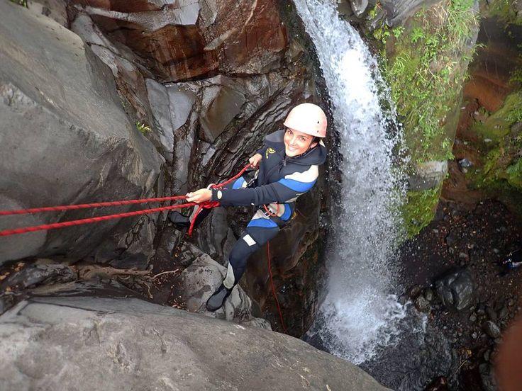 A solo 15 minutos de #Pucón puedes disfrutar de la aventura increíble del #Canyoning 🧗♀ Y descender hasta 15 metros de cascada😱 con la técnica de rapel, una experiencia sin igual. Anímate y reserva tu cupo en www.tralov.com