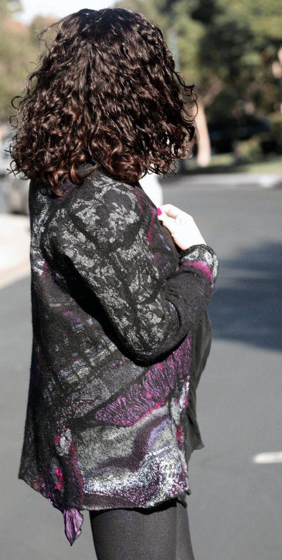 Dit een van een soort handgemaakte Nuno Gevilte zeer elegante jas is zeer veelzijdig. De voering is gemaakt met natuurlijke zwarte zijde chiffon en dus is de kraag, die kan worden overgelaten opknoping zoals een sjaal of kan worden gekoppeld aan de voorkant, de jas is versierd met verschillende natuurlijke zijde stukken en zijde vezels, die in een ingewikkelde patroon zijn gerangschikt.  Deze jas is zeer licht, nog enigszins warm. Het is zeer comfortabel om te dragen - u gaat niet warm of…