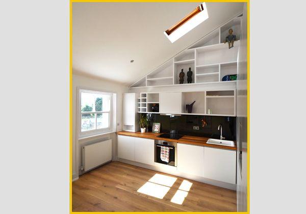 Per sfruttare al massimo lo spazio nel piccolo loft è stato creato un soppalco con la zona notte; al di sotto, invece, si trovano soggiorno, cucina abitabile e bagno. A tutta altezza la libreria molto
