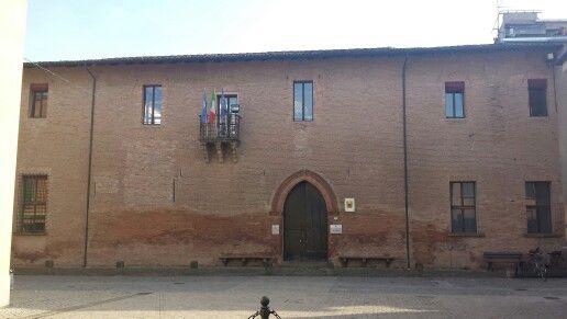 Castel Guelfo. Fufatto costruire da Virgilio Malvezzi, nel 1448, quando ottenne la signoria di questa terra. Si estende al centro del castello inserendosi in maniera armonica con il contesto. Il rango della dimora è sottolineato dal suo arretramento sulla via che attraversa l'abitato, dalla soppressione del consueto portico e dalla compattezza del fronte lineare e qualificato soltanto dall'ampio portale ogivalee dalbalconcino retto da tre mensole. La piazza antistante accentua la…