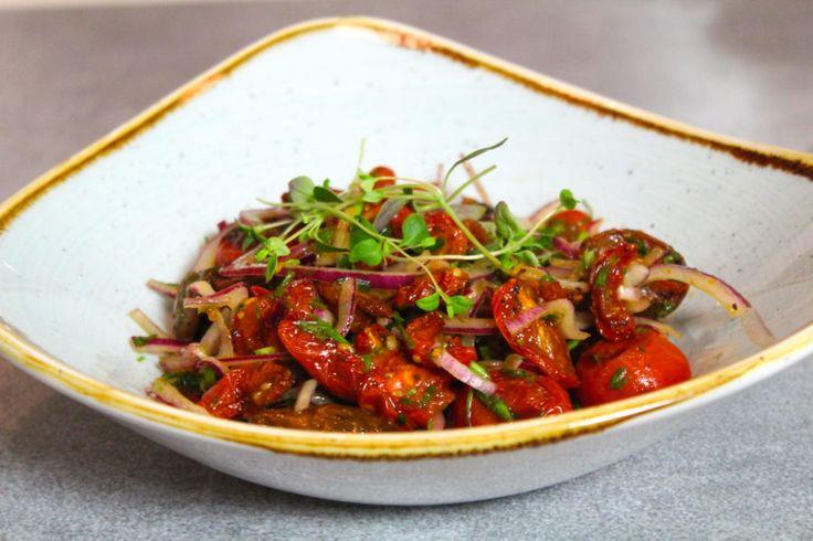Hej vänner! Låt mig presentera en riktigt god tomatsallad som är gjord på ugnsrostade tomater. I all sin enkelhet är den här salladen en av dom godaste tillbehören! Passar till allt =)