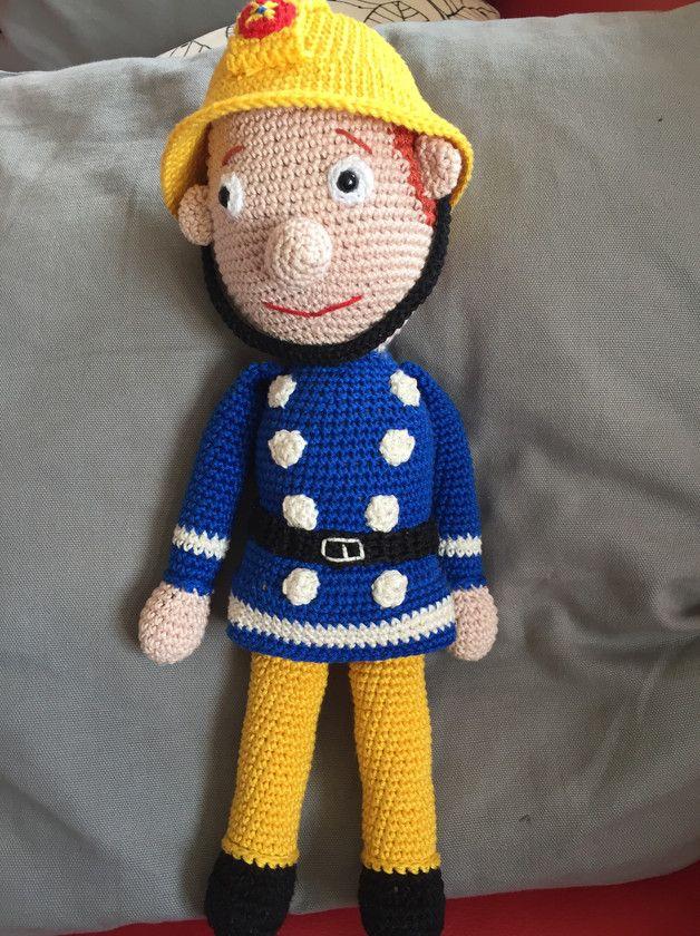 biete hier in liebevoller Handarbeit gefertigten Feuerwehrmann an. Der Helm ist abnehmbar) Der Feuerwehrmann hat Sicherheitsaugen ( nicht für Kinder unter 3 Jahren) Höhe ca 37cm Ich häkel...