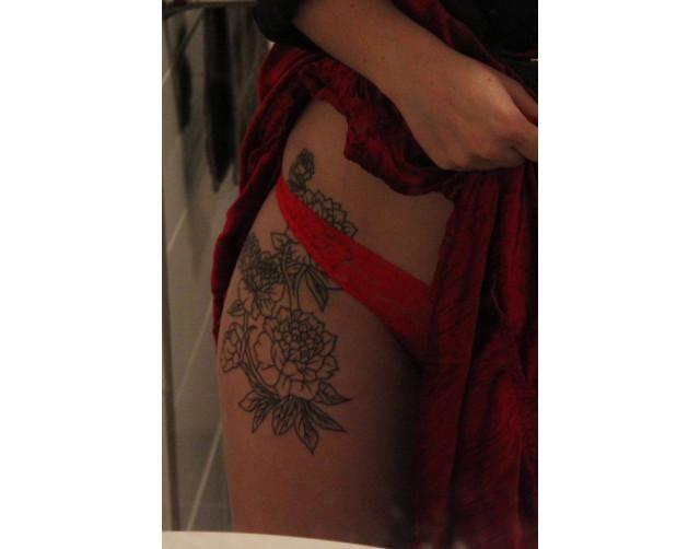 Si algún día quieres hacerte un tatuaje que luzca sexy, entonces hazlo aquí mismo: ¡en tu cadera!No solo es una zoma muy amplia que podemos dejar a la vista y ocultar a nuestra voluntad, sino que además suele ser muy sugerente. Al igual que en las costillas, los tatuajes en la cadera están hechos en un lugar perf