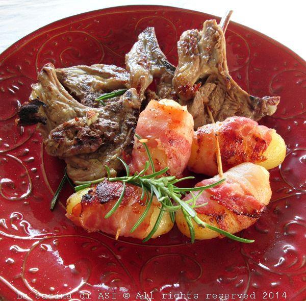 Le costolette di agnello scottadito sono buonissime così marinate in olio aglio e rosmarino e oggi le ho accompagnate alle patate RICETTA La cucina di ASI