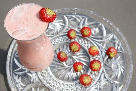 Heerlijke variant op de klassieke Pina Colada. Door de aardbei lijkt de Strawberry Colada wel op een milkshake. Bekijk het recept op Cocktailicious.nl