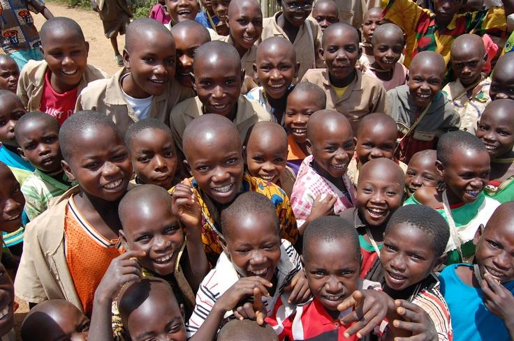 Gemeinsam können wir das Leben der Kinder verändern, denn Schulbildung ist der Schlüssel für ein besseres Leben. Kinder mit Grundbildung können einen Beruf erlernen und selbst Geld verdienen. Sie haben mehr Selbstbewusstsein und können sich besser vor Missbrauch und Ausbeutung schützen. Kinder mit Grundbildung haben die Chance, lebenslänglicher Unterdrückung und Armut zu entkommen. Geben wir gemeinsam den Kindern in Burundi diese Chance! www.unicef.at/unicef-hilft/eine-schule-fuer-burundi/