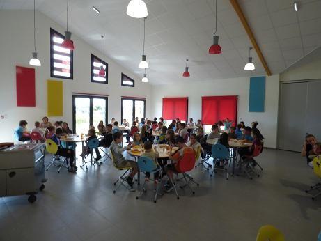 Restauration scolaire de Lanouée : un aménagement complet réalisé par #MACMobilier...les panneaux acoustiques muraux sont assortis aux chaises