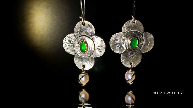 Green onyx and white pearl silver earrings