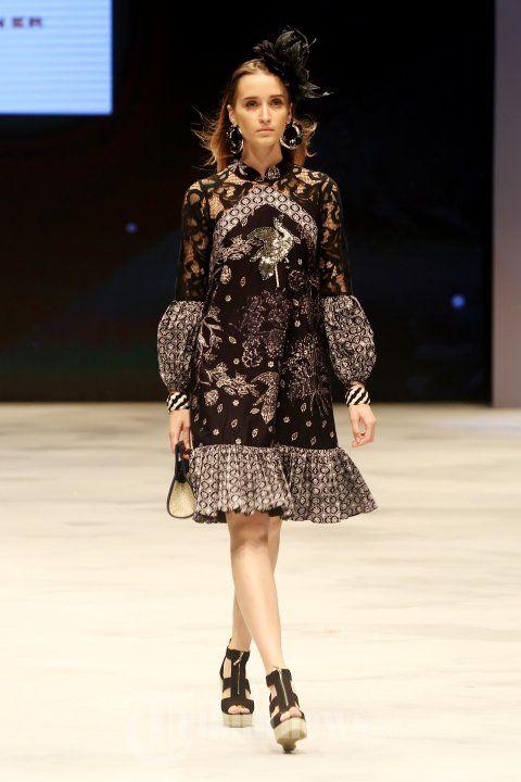 ERDAN - Model berjalan di atas catwalk saat mengenakan busana rancangan dari Erdan pada ajang Indonesia Fashion Week 2016 di Jakarta Convention Center (JCC), Senayan, Jakarta Pusat, Kamis (10/3/2016). TRIBUNNEWS/JEPRIMA