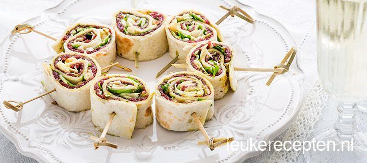 Carpaccio rolletje met groene pesto, parmazaanze kaas, pijnboompitten en rucola.