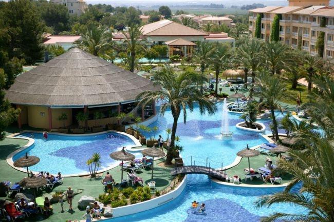 Piscina maravilhosa do hotel Prinshotel em Maiorca na Espanha. Dicas de como fazer essa viagem no blog Planningmytravels