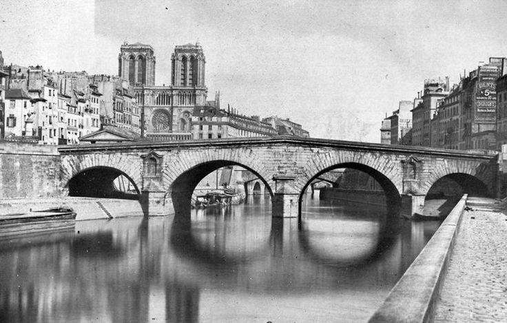 Le pont Saint-Michel photographié juste avant sa démolition en 1857. Il sera reconstruit par l'architecte Vaudrey. A droite de Notre-Dame (encore sans flèche) on distingue l'ancien Hôtel-Dieu.