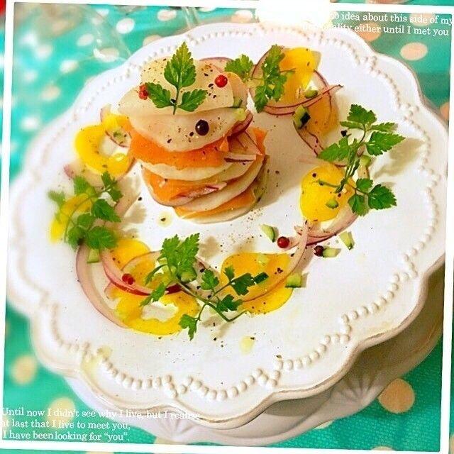 ともさんの桜央里ちゃんの料理 スモークサーモンとかぶのカルパッチョ ミルフィーユ仕立て #snapdish #foodstagram #instafood #food #homemade #cooking #japan #japanesefood #carpaccio #料理 #手料理 #ごはん #おうちごはん #テーブルコーディネート #器 #お洒落 #和食 #ていねいな暮らし#暮らし #ばんごはん #おつまみ #うちバル #カルパッチョ https://snapdish.co/d/eHzz0a