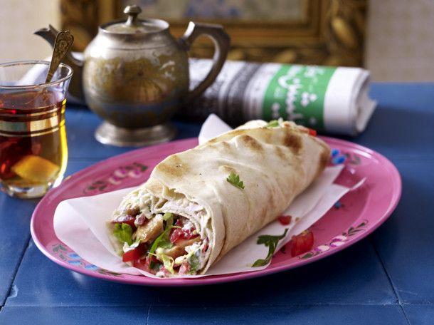 Unser beliebtes Rezept für Shawarma mit Putenfleisch, Salat und Tomate und mehr als 55.000 weitere kostenlose Rezepte auf LECKER.de.