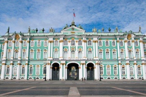 Het Winterpaleis (Rusland)Dit pistachekleurige paleis ligt aan de oever van de Neva in Sint-Petersburg. Het gebouw kent zijn oorsprong in de achttiende eeuw en maakt deel uit van de Hermitage.