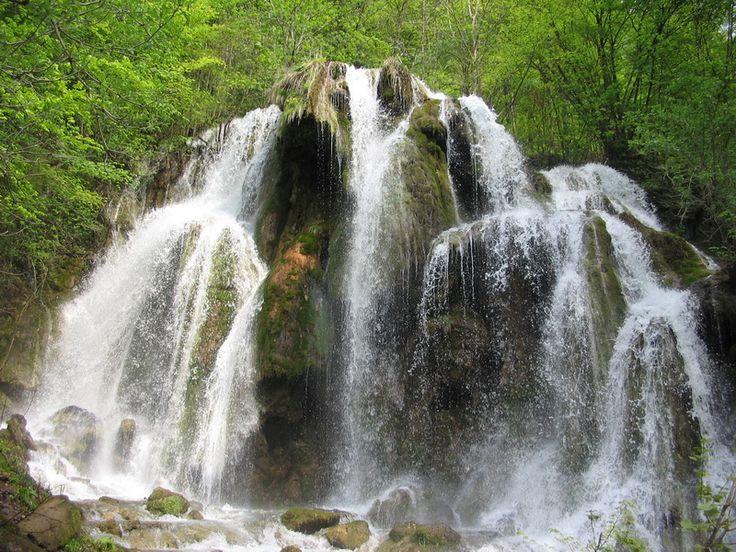 Cascada Beusnitei Aceasta face parte din cadrul Parcului National Cheile Nerei - Beusnita si reprezinta un obiectiv de insemnata valoare turistica, geologica si peisagistica, fiind formata pe raul Beu in amonte de lacul Ochiul Beului.  Cascada nu este formata dintr-un sigur fir, ci se imprastie, creand o perdea de apa si o priveliste deosebita. Doar in Romania.  #CascadaBeusnitei