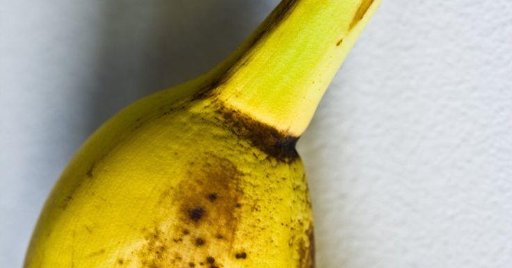 ¿Cómo maduran las frutas?. El proceso de maduración de la fruta comienza con un aumento en su producción de etileno, que es un compuesto químico simple hecho solamente de carbono e hidrógeno. Así se inicia una reacción en cadena de procesos químicos que hacen que una fruta madure.