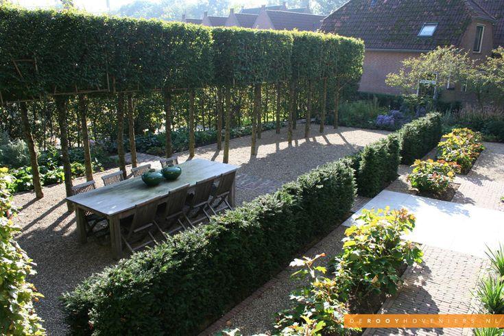 Tuin inspiratie De Rooy Hoveniers stadstuin tuin van het jaar 2014 bomenlaan leibomen terras Woudrichem