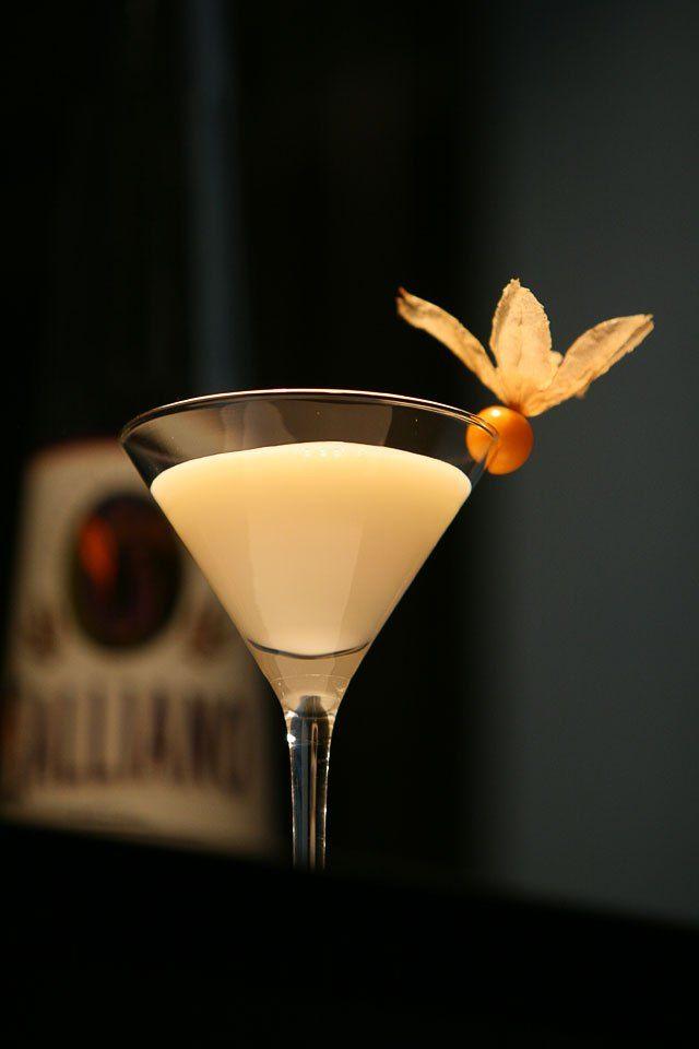 Wedding Drink Ideas: Golden Cadillac Recipe (creme de cacao e Galliano)