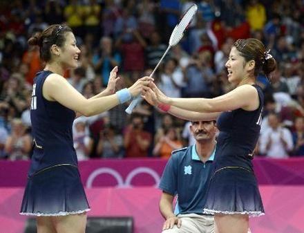 女子ダブルス決勝で敗れたが、健闘をたたえ合う藤井(右)、垣岩組=ウェンブリー・アリーナ(共同)