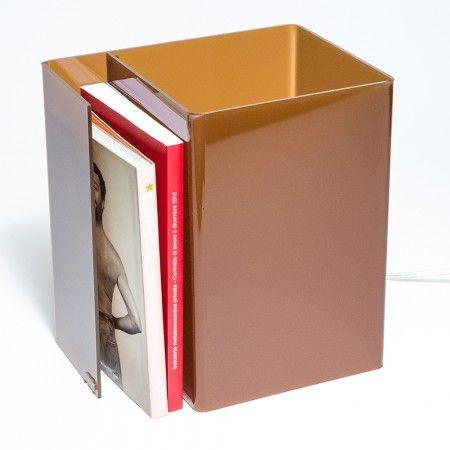 Lampada da comodino moderna in plexiglass colorato. Prezzo 50€ #booklight #design #designtrasparente #illuminazione #arredamento #colore #idea #regalo #vendita #online #marrone