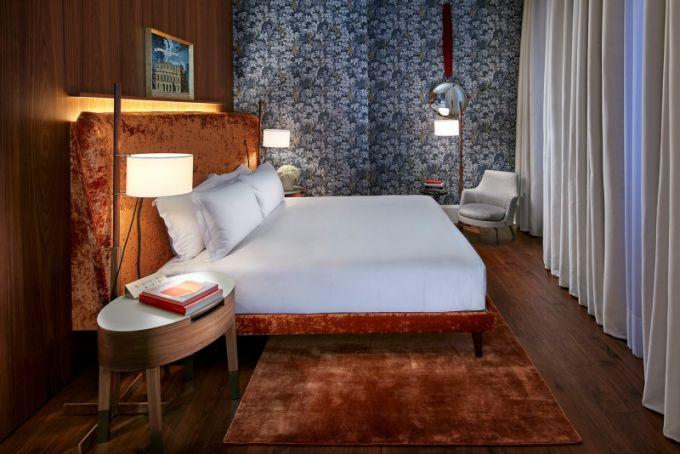 Apartmán Milano je věnovaný slavnému designéru Pieru Fornasettimu a kromě nepřehlédnutelného dekoru je pro něj typické velké množství přírodního světla a luxusní výška stropů