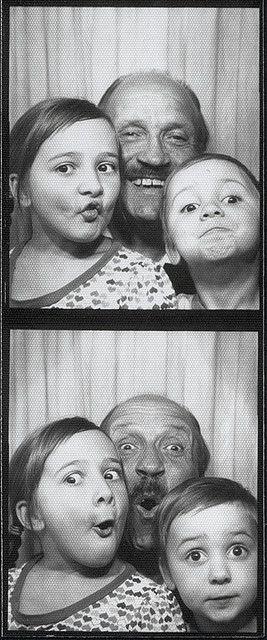Met opa gekke gezichten trekken. In de photobooth mag dat...